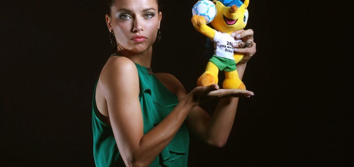 _Girl_with_the_mascot_of_World_Cup_2014_in_Brazil_078459_18